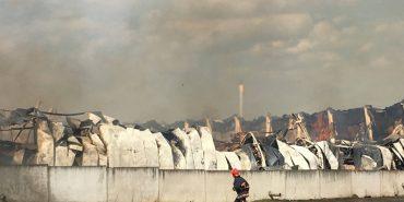 На Прикарпатті рятувальники шість годин ліквідовували пожежу на меблевій фабриці. ФОТО+ВІДЕО