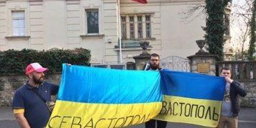 Івано-франківських активістів затримали за пікет під російським посольством у Хорватії. ФОТО