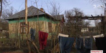 На Прикарпатті мати на тиждень залишила двох маленьких дітей голодними на немічного дідуся. ВІДЕО