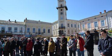 Коломияни вийшли на протестну акцію проти зростання до 10 грн тарифів на паркування та підвищення квартплати. ФОТОРЕПОРТАЖ