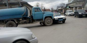 У Коломиї поліція в'їхала у вантажівку з фекаліями. ФОТО