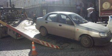 На Прикарпатті евакуйовують авта, припарковані у невстановленому місці. ФОТОФАКТ