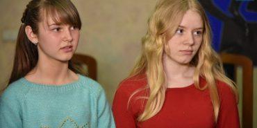 Поліція нагородила айпадами двох школярок, які допомогли врятувати життя своєму товаришеві. ФОТО