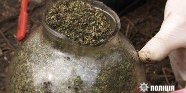 Вилучені наркотики, які викопали на обійсті прикарпатця,  оцінено в 400 тисяч доларів США