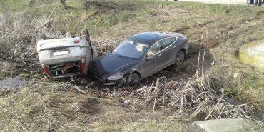 """ДТП на Коломийщині: після зіткнення """"Tesla"""" і """"Chevrolet"""" опинилися в кюветі. ФОТО"""