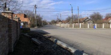 На двох вулицях Коломиї заасфальтували каналізаційні люки. ВІДЕО