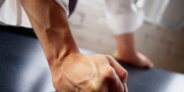 На Прикарпатті покарають вчителя, який підняв руку на двох школярів