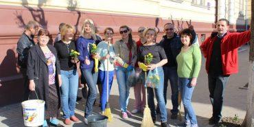 Квітуча Коломия: працівники Народного дому посадили квіти на Театральній
