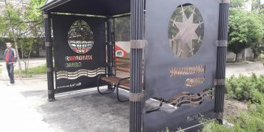 У Коломиї встановили ще одну ковану зупинку з символікою міста. ФОТО