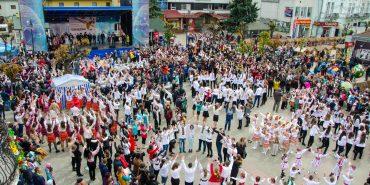 """У Коломиї відкрили ювілейний фестиваль """"Писанка"""" і встановили рекорд України з наймасовішого виконання гаївок. ФОТОРЕПОРТАЖ"""