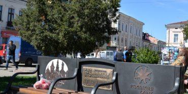 """Біля фонтана у Коломиї фонд """"Покуття"""" встановив ковані лавки з символікою міста та провів безкоштовний Wi-Fi. ФОТОФАКТ"""