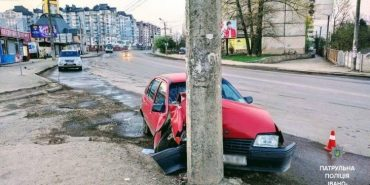 На Прикарпатті п'яний водій врізався в електроопору. ФОТО