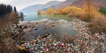 Мандрівний фотограф показав гори сміття у водоймах Карпат. ФОТО