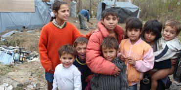 Два стихійні табори осіб ромської національності розмістилися на березі ріки на Прикарпатті
