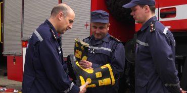 """БФ """"Покуття"""" подарував коломийським рятувальникам ґумові чоботи та ліхтарики. ВІДЕО"""