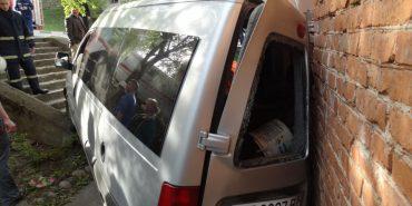 На Франківщині таксі з пасажирами врізалося у житловий будинок. ФОТО