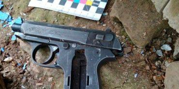У Старих Кутах посеред ночі п'яний чоловік з пістолетом, погрожуючи вбивством, пограбував пенсіонерку