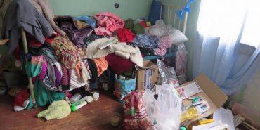 На Прикарпатті жінка перетворила власну квартиру на смітник. ФОТО