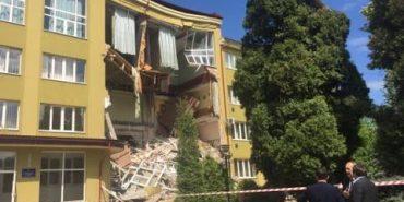 """Очевидці розповіли, як обвалилася стіна коледжу у Коломиї: """"Все обсипалося за 10 хвилин, ми чудом евакуювалися"""""""
