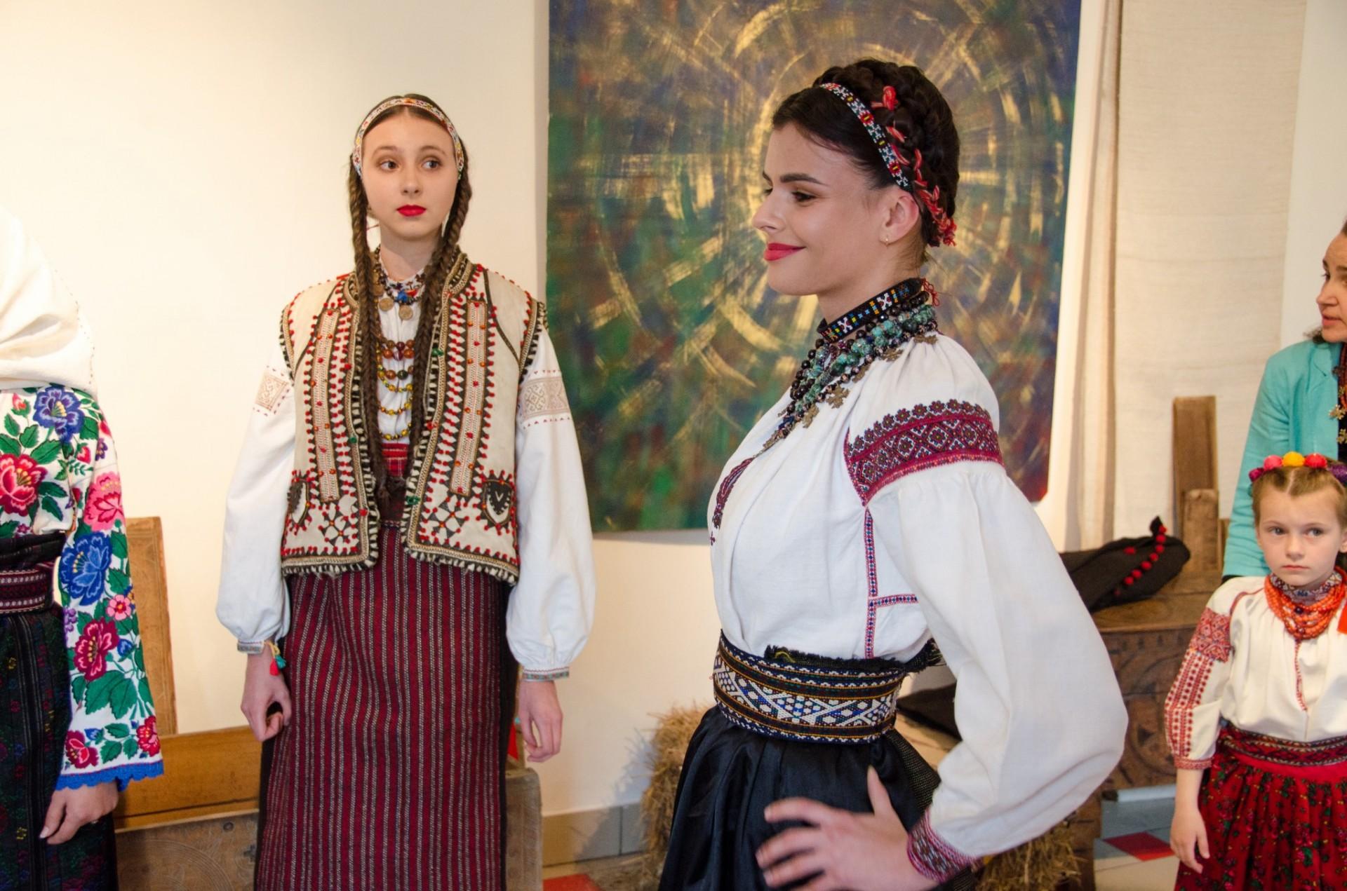 Під час показу демонстрували традиційний жіночий одяг Покуття  (Городенківський та Снятинський райони) 3f78d6418fc8e