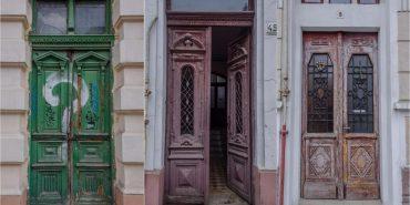 Добротні й мистецької вартості двері у Коломиї замінюють металевими та пластиковими
