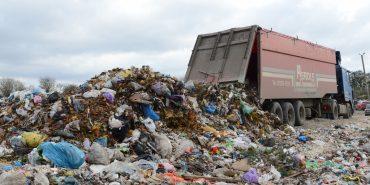 На Прикарпатті затримано дві вантажівки із львівським сміттям. ВІДЕО