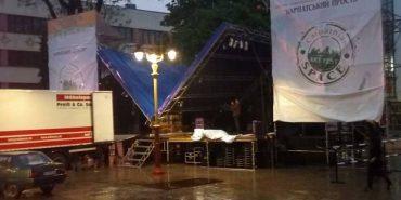 У Франківську обвалилося перекриття фестивальної сцени – дивом не постраждав монтажник. ФОТО