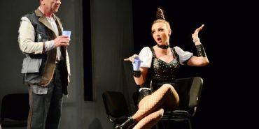 """Після критичної вистави про хабарництво працівників чернівецького театру змусили звільнитися: """"Беріть по цукерці і підписуйте заяви"""""""
