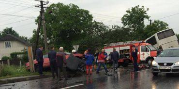 У ДТП на Прикарпатті розбилися пасажирський автобус, вантажівка та два легковики. ФОТО