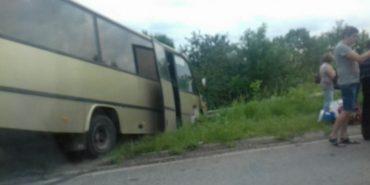 Поблизу Коломиї пасажирський автобус злетів у кювет. ФОТО