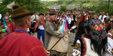 Народне вбрання та святкування у наметі: у Ясінях на Рахівщині влаштували справжнє гуцульське весілля за всіма традиціями. ФОТО