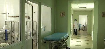 9-річний хлопчик, який з ножовим пораненням випав з 4 поверху, досі у реанімації у тяжкому стані. ВІДЕО