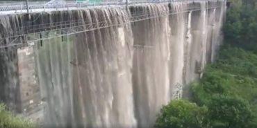 Сильна злива перетворила знаменитий міст у Кам'янці-Подільському на водоспад. ВІДЕО
