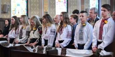 У канадському місті випускники одягли вишиванки. ФОТО