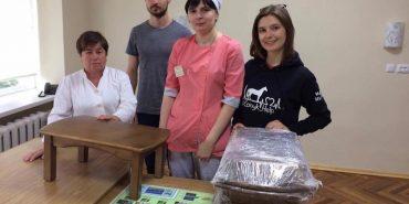 Районній лікарні у Коломиї волонтери подарували столики, які виготовив батько Андрія Коника. ФОТО