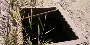 На вулиці Карпатській у Коломиї відсутні понад 20 кришок каналізаційних люків. ФОТО