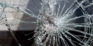 На Прикарпатті чоловік розбив вікно маршрутки та побив її водія
