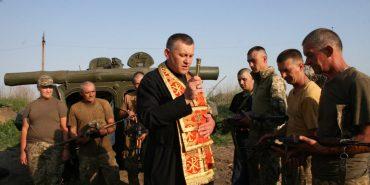 Фронтові благословення воїнам і дітям: капелан Микола Мединський повернувся з передової у зоні АТО. ФОТО
