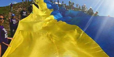 Рекорд України. На Говерлу винесли найдовший прапор. ФОТО