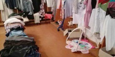 На Івано-Франківщині благодійники відкрили пункт роздачі одягу