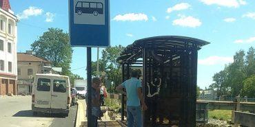 У Косові встановили ковану зупинку — її виготовили студенти