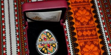 Уже друга срібна монета-писанка поповнила колекцію Музею писанки