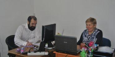 Як у Карітасі коломийських бабусь і дідусів навчають користуватися комп'ютерами