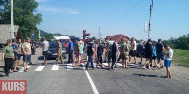 На Прикарпатті люди перекрили дорогу, вимагаючи її ремонту. ФОТО+ВІДЕО