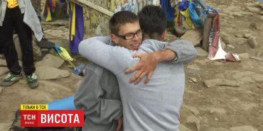 Сила дружби: хлопець на плечах виніс на Говерлу свого друга з ДЦП. ВІДЕО