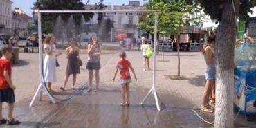 У Коломиї на час спеки встановили рамку з розпилювачем вод. ФОТОФАКТ