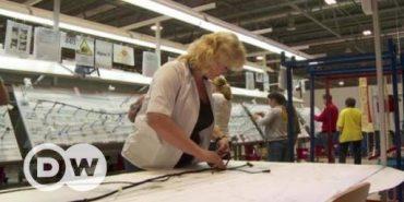 """На заводі """"Леоні"""" у Коломиї працівники освоюють обладнання, складаючи конструктор Lego. ВІДЕО"""