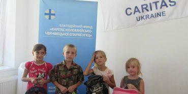 """В рамках акції """"Шкільний портфелик"""", коломийського благодійного фонду """"Карітас"""", 51 дитина отримала рюкзак"""