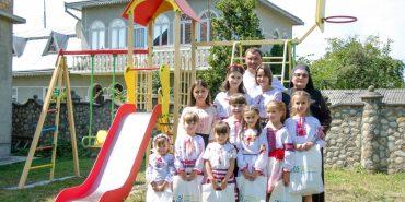 """БФ """"Покуття"""" до Дня міста встановив дитячий майданчик біля сиротинця в Коломиї. ФОТО"""