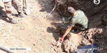 На Прикарпатті під час прокладання кабелю виявили масове поховання людей. ВІДЕО